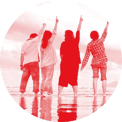 eine gruppe junger menschen steht am Strand und deutet zum Himmel