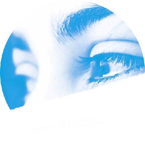 Augen einer jungen Frau mit bläulichem Hintergrund